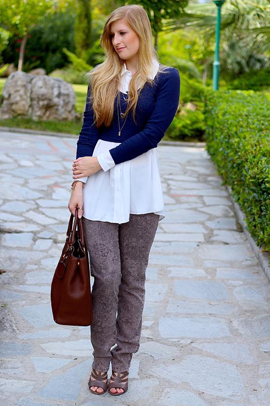 Streetstyle Mode Blog Griechenland Blaues Crop Top mit weißer Bluse braune Prada Tasche 9