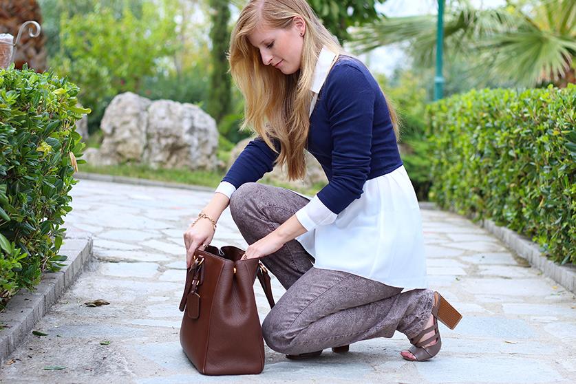 Streetstyle Mode Blog Griechenland Blaues Crop Top mit weißer Bluse braune Prada Tasche T