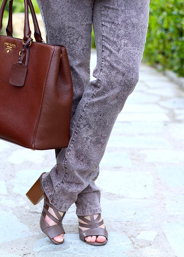 Streetstyle Mode Blog Griechenland Schlaghose Muster mit braune Prada Tasche 4