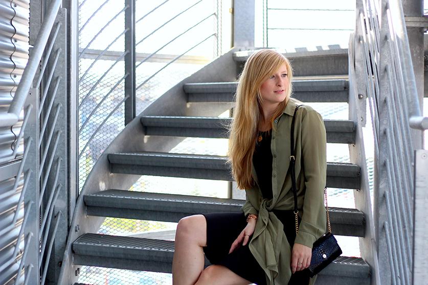 street style blog Schwarzes Kleid und grüne lange Bluse mit MK Tasche 3