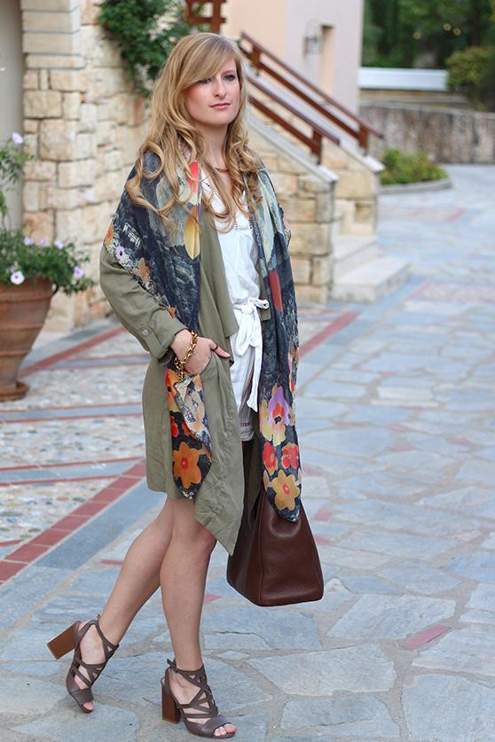 weißer Jumpsuit mit bunten Oilily Tuch und brauner Prada Tasche Mode Blog 1
