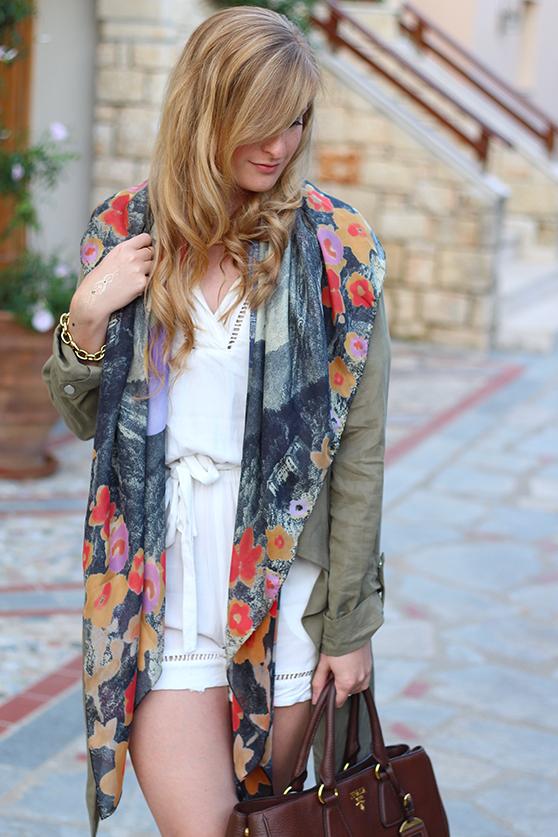 weißer Jumpsuit mit bunten Oilily Tuch und brauner Prada Tasche Mode Blog 2