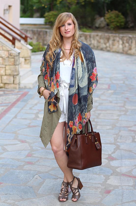 weißer Jumpsuit mit bunten Oilily Tuch und brauner Prada Tasche Mode Blog 3