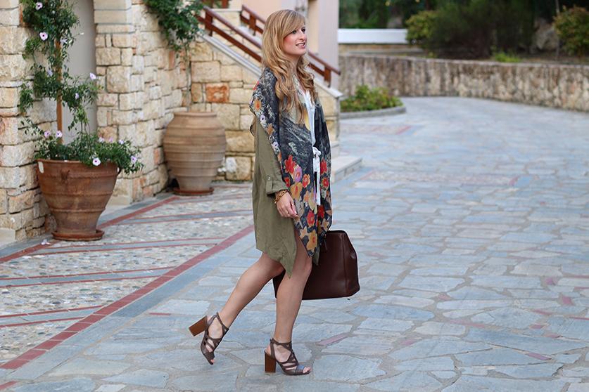 weißer Jumpsuit mit bunten Oilily Tuch und brauner Prada Tasche Mode Blog Griechenland 4