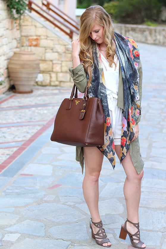 weißer Jumpsuit mit bunten Oilily Tuch und brauner Prada Tasche Mode Blog Kallithea 6