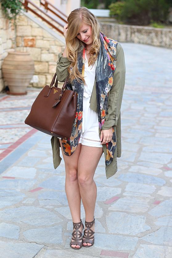 weißer Jumpsuit mit bunten Oilily Tuch und brauner Prada Tasche Mode Blog Lookbook 92