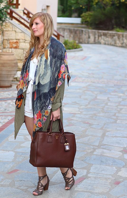 weißer Jumpsuit mit bunten Oilily Tuch und brauner Prada Tasche Mode Blog lookbook 8