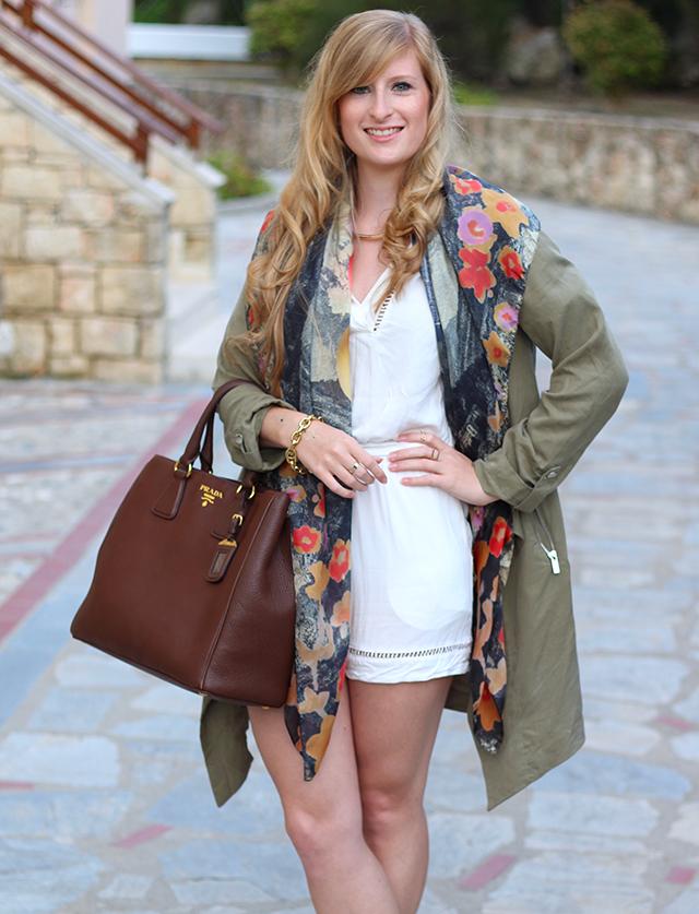 weißer Jumpsuit mit bunten Oilily Tuch und brauner Prada Tasche Mode Blog lookbook 91