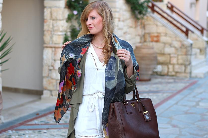 weißer Jumpsuit mit bunten Oilily Tuch und brauner Prada Tasche Mode Blog ootd Lookbook 94