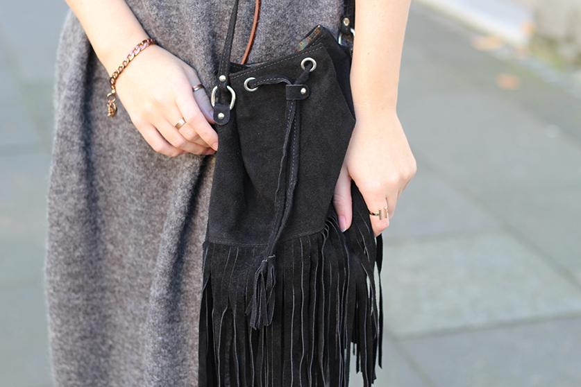 Graues Wollkleid Asos kombinieren schwarze Fransentasche mit goldenen Schmuck Modeblog Deutschland Köln Wintermode 3