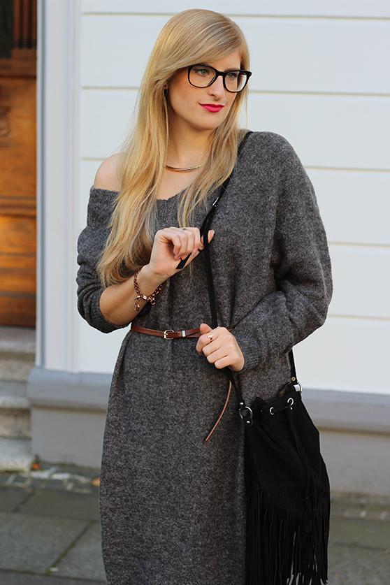 Graues Wollkleid Asos kombinieren schwarze Fransentasche mit goldenen Schmuck Modeblog Deutschland Köln Wintermode 2