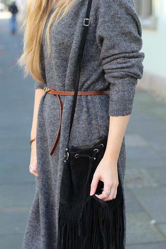 Graues Wollkleid Asos kombinieren schwarzer Fransentasche mit goldenen Schmuck Modeblog Deutschland Köln Wintermode 5