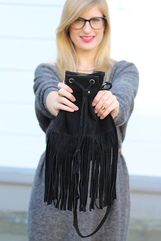 Graues Wollkleid kombinieren schwarze Fransentasche Leder mit goldenen Schmuck Fashionblog Deutschland Köln 7