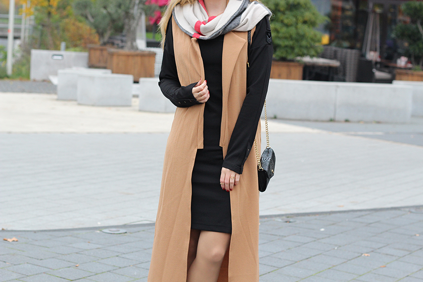 Langer ärmerlloser Mantel in Caramel von Asos mit Pilotenkleid Lookbook Outfit Herbst Modeblog 3