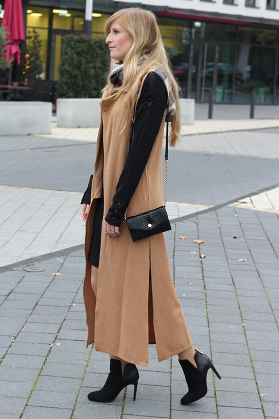 Langer ärmerlloser Mantel in Caramel von Asos mit Pilotenkleid Stiefeletten Zara Outfit Herbst Modeblog 4