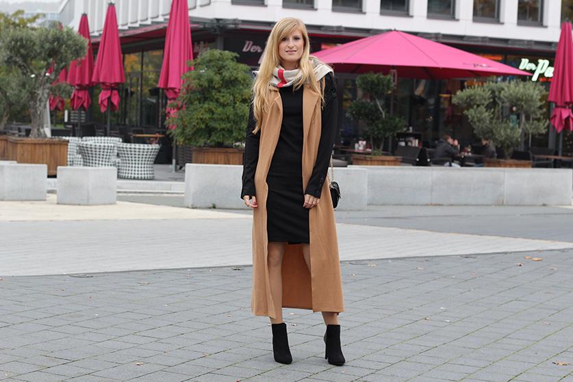 Langer ärmerlloser Mantel in Caramel von Asos mit Pilotenkleid Lookbook Outfit Herbst Modeblog