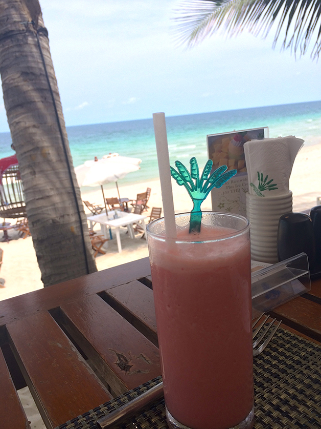 Reiseblog Reiseplanung Thailand Inselhopping Cocktail Shake Traumstrand glasklares Wasser Sandstrand