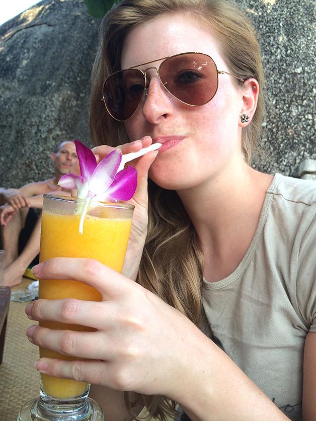 Reiseblog Reiseplanung Thailand Inselhopping Traumurlaub glasklares Wasser Sandstrand Drink Entspannung Essbare Blume