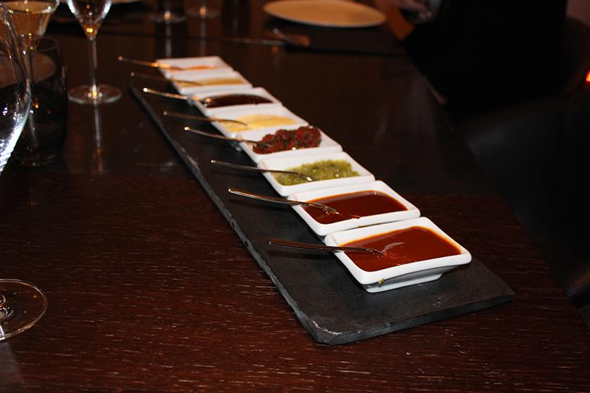 Die leckeren Soßen, darunter Chili-Knoblauch-BBQ-Soße und Chimichuri.