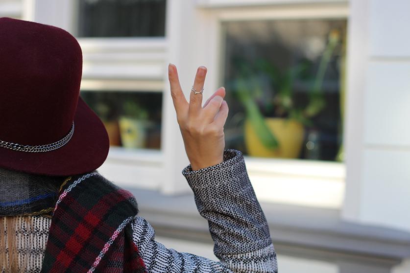 Winter Accessoires karierter Schal weinroter Hut silber goldener Schmuck OOTD Street style Köln Modeblog 7