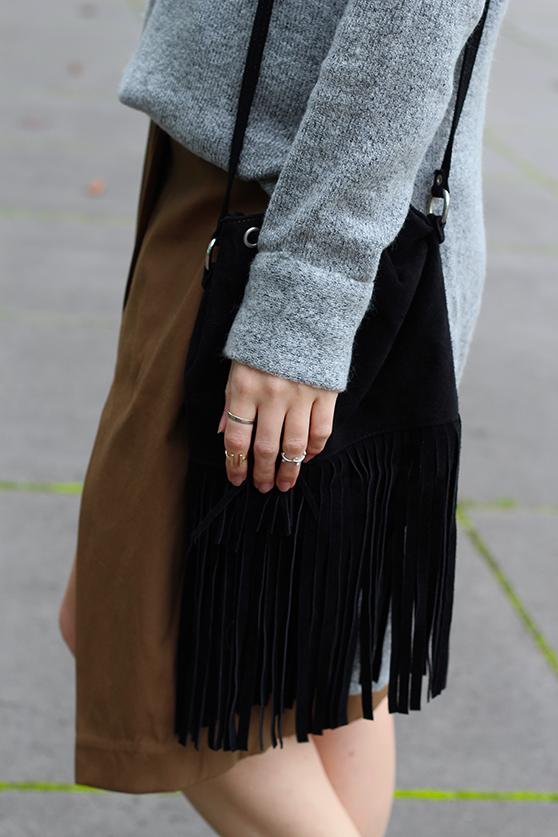 Winter Look schwarze Fransentasche mit Rollkragenpullover grau von Asos und Wickelrock Zara Modeblog Deutsch 3