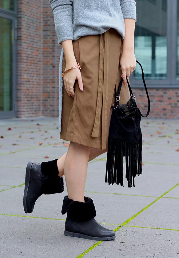 Winter Look schwarze Fransentasche mit Rollkragenpullover grau von Asos und Wickelrock Zara Modeblog Deutsch 8