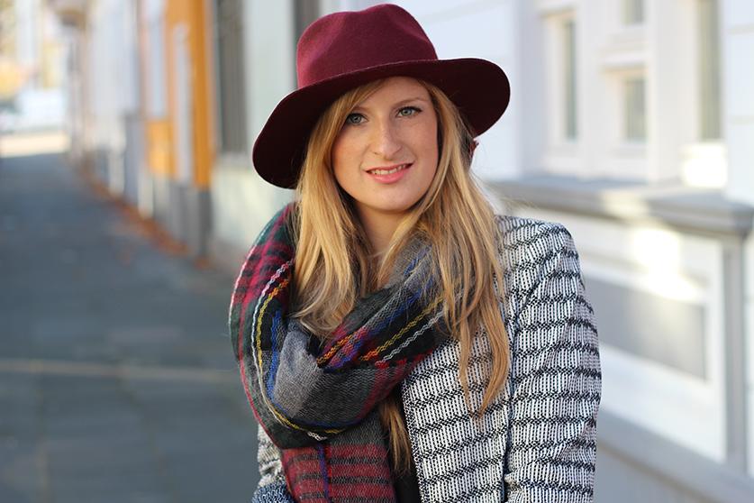 kombinieren Winter Accessoires karierter Schal weinroter Hut Outfit OOTD Streetstyle Köln Modeblog 3
