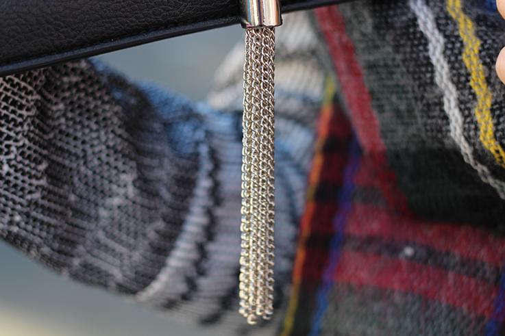 schwarze Clutch mit silber kombinieren Winter Accessoires karierter Schal Hut OOTD Streetstyle Köln Modeblog 4