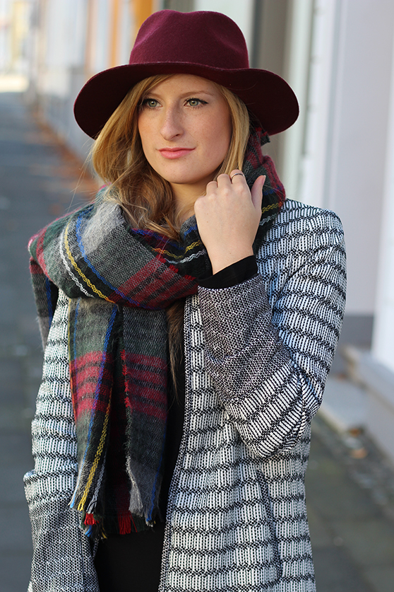 schwarzes Maxikleid Winter kombinieren Winter Accessoires karierter Schal Hut OOTD Streetstyle Köln Modeblog 1