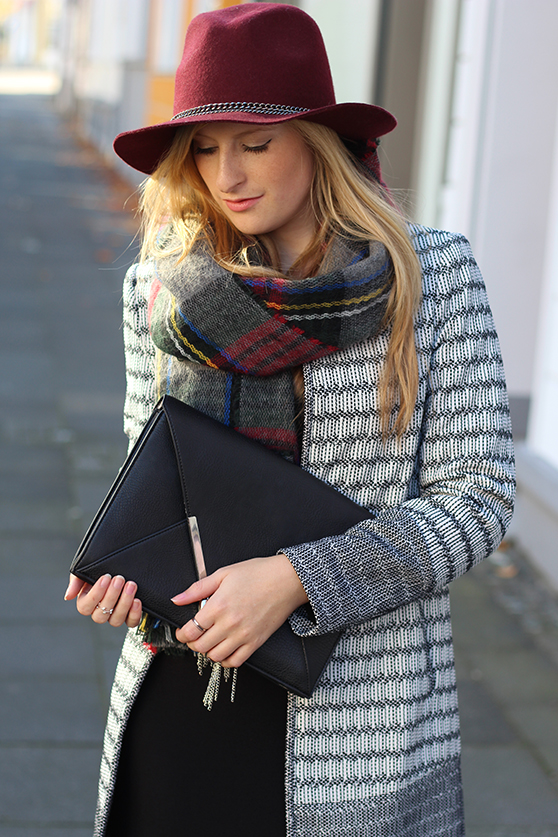 schwarzes Maxikleid Winter kombinieren Winter Accessoires karierter Schal Hut OOTD Streetstyle Köln Modeblog 5