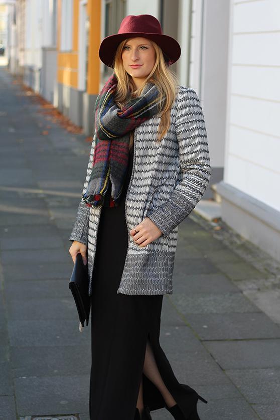 schwarzes Maxikleid Winter kombinieren Winter Accessoires karierter Schal Hut OOTD Streetstyle Köln Modeblog 6