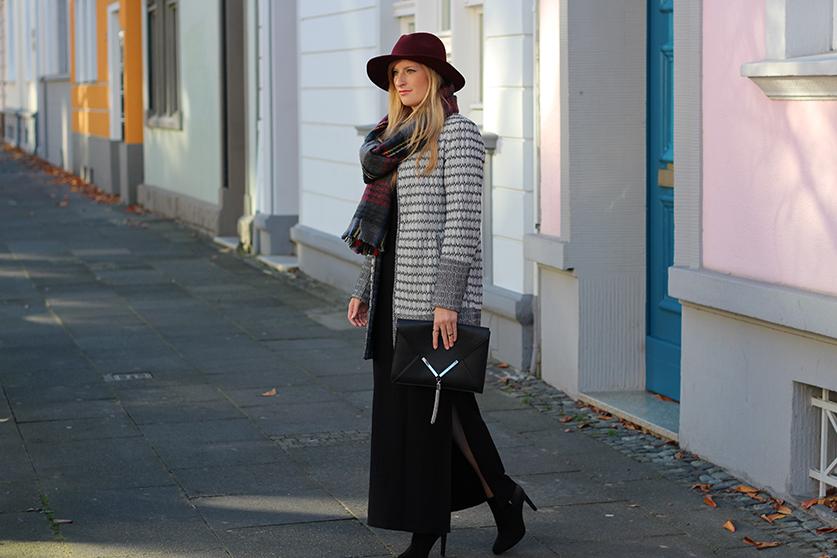 schwarzes Maxikleid Winter kombinieren Winter Accessoires karierter Schal Hut OOTD Streetstyle Köln Modeblog 8