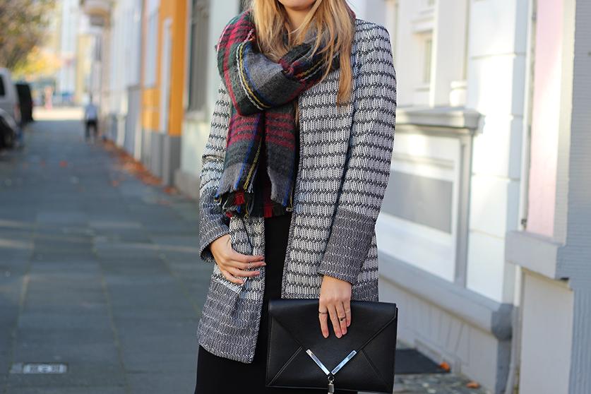 schwarzes Maxikleid Winter kombinieren Winter Accessoires karierter Schal Hut OOTD Streetstyle Köln Modeblog
