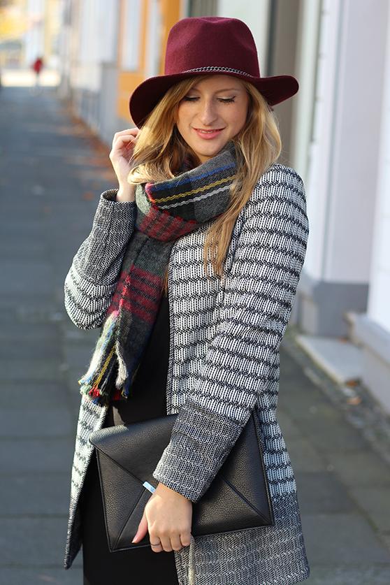 schwarzes Maxikleid Winter kombinieren Winter Accessoires karierter Schal Hut Outfitblog Street style Köln Modeblog 9