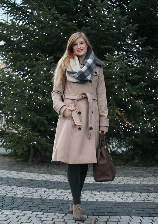 Beiger Wintermantel Mantel Klassiker Mint&Berry braune Prada Tasche Burberry Rundschal Weihnachten Outfit OOTD Blog 1