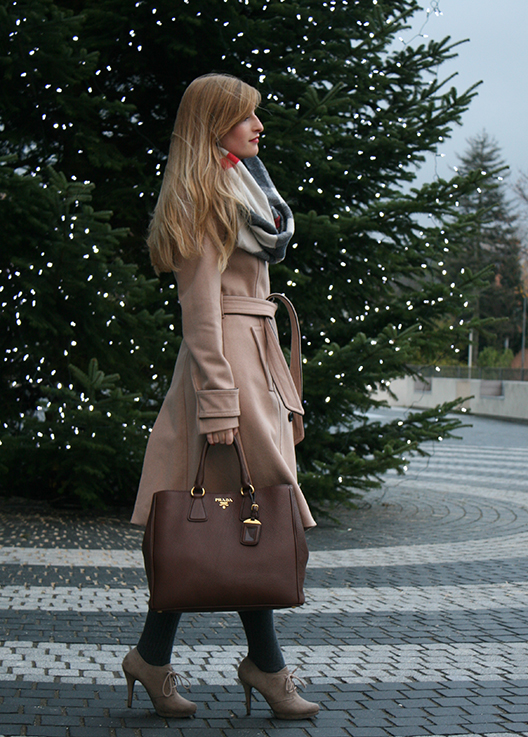 Beiger Wintermantel Mantel Klassiker Mint&Berry braune Prada Tasche Burberry Rundschal Weihnachten Outfit OOTD Blog 2