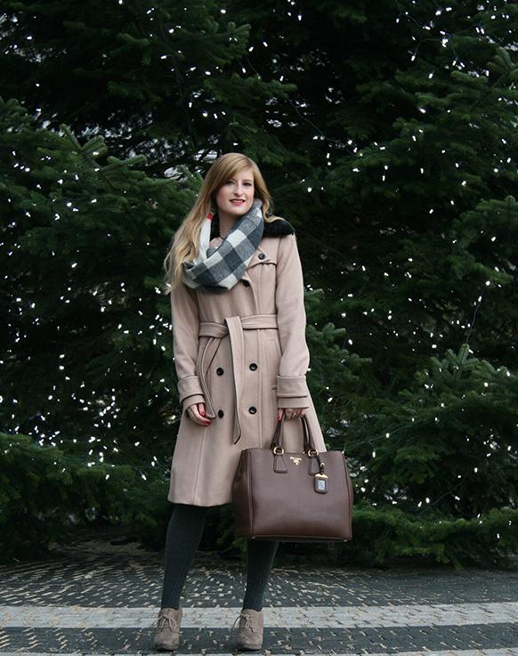 Beiger Wintermantel Mantel Klassiker Mint&Berry braune Prada Tasche Burberry Rundschal Weihnachten Outfit OOTD Blog 4
