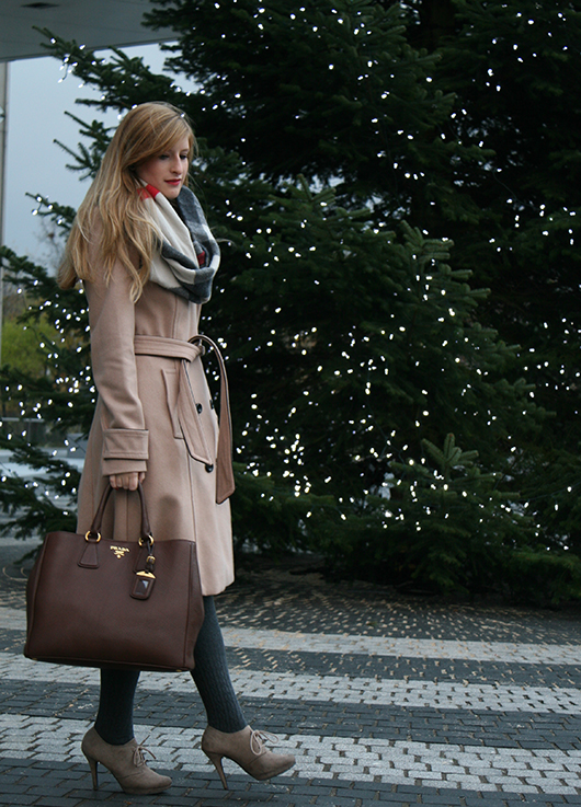 Beiger Wintermantel Mantel Klassiker Mint&Berry braune Prada Tasche Burberry Rundschal Weihnachten Outfit OOTD Blog 5