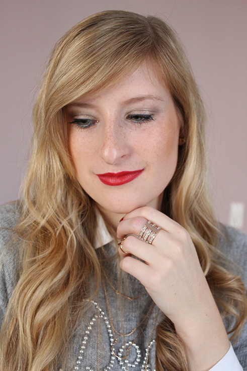 Catrice Weihnachts-Make-Up Look lange Haare blond rote Lippen Lippenstift Beauty Post Blog Michael Kors Ring Rosegold