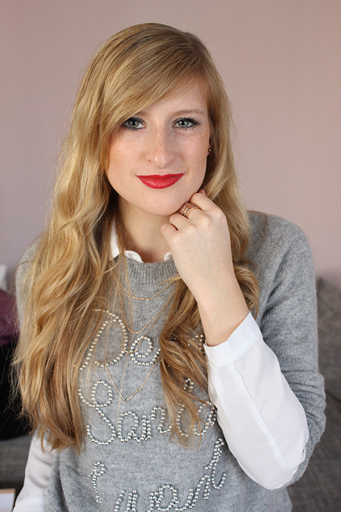 Catrice Weihnachts-Make-Up Look lange Haare blond rote Lippen Lippenstift Beauty Post Blog