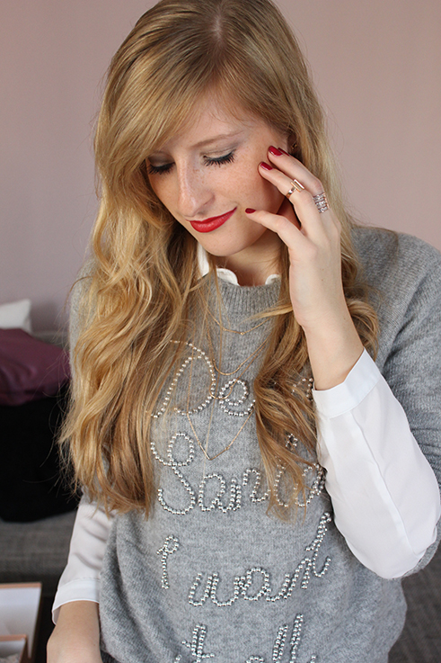 Catrice Weihnachts-Make-Up Look lange Haare blond rote Lippen Lippenstift Carice Lidschatten Beauty Post Blog
