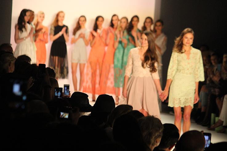 Fashion Week Berlin Modeblogger Fashion Show Handy iPhone fotografieren