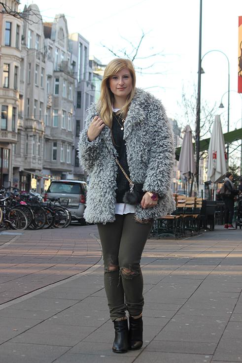 Modeblog Köln Outfit in Köln Warme Flauschjacke grüne Ripped Jeans schwarze Michael Kors Tasche klein OOTD 1