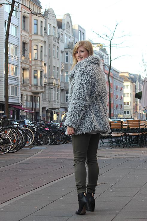 Modeblog Köln Outfit in Köln Warme Flauschjacke grüne Ripped Jeans schwarze Michael Kors Tasche klein OOTD 4
