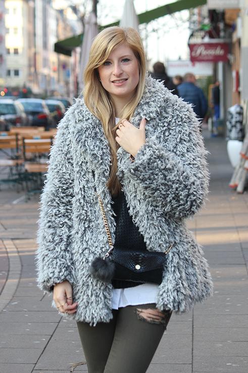 Modeblog Köln Outfit in Köln Warme Flauschjacke grüne Ripped Jeans schwarze Michael Kors Tasche klein OOTD 6