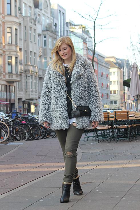 Modeblog Köln Outfit in Köln Warme Flauschjacke grüne Ripped Jeans schwarze Michael Kors Tasche klein OOTD 8