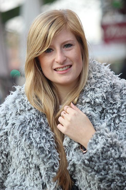 Modeblog Köln Outfit in Köln Warme Flauschjacke grüne Ripped Jeans goldener Schmuck Ringe OOTD 3