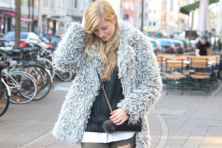 Modeblog Köln Outfit in Köln Warme Flauschjacke grüne Ripped Jeans schwarze Michael Kors Tasche klein OOTD 7