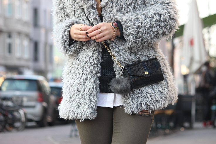 Modeblog Köln Outfit in Köln Warme Flauschjacke grüne Ripped Jeans schwarze Michael Kors Tasche klein OOTD T