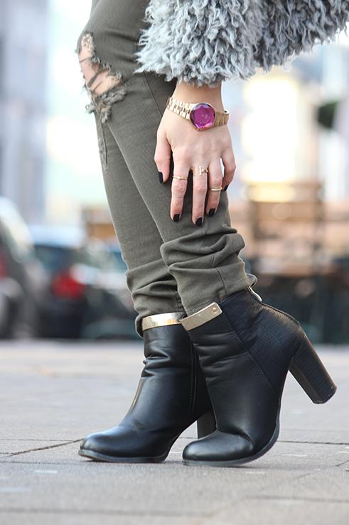 Modeblog Köln Outfit in Köln Warme Flauschjacke grüne Ripped Jeans schwarze Stiefeletten mit Gold OOTD 2